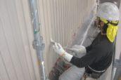 外壁トタン塗装中