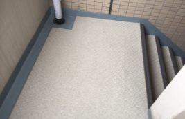 賃貸マンション 廊下階段床<br>防滑性長尺シート工事<br>(名古屋市名東区)